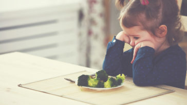 enfants manger légumes assiette repas