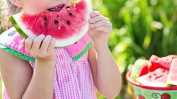 enfant manger goûter pastèque fruit