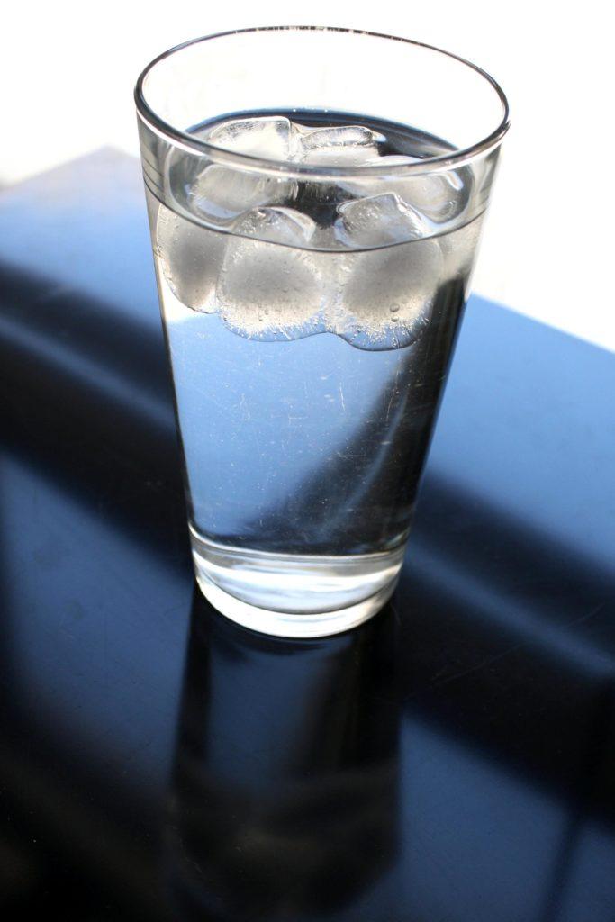 verre d'eau glaçons
