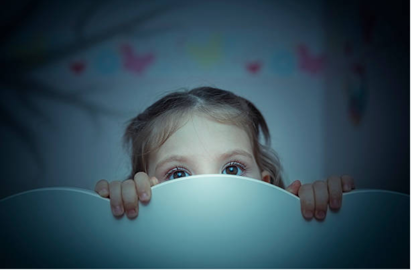 enfant fille peur lit chambre noir