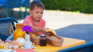 petit-déjeuner enfant repas extérieur