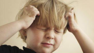 enfants tête gratter poux
