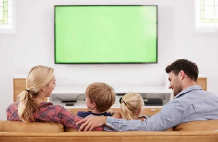 famille enfant parent télévision film dessin animé