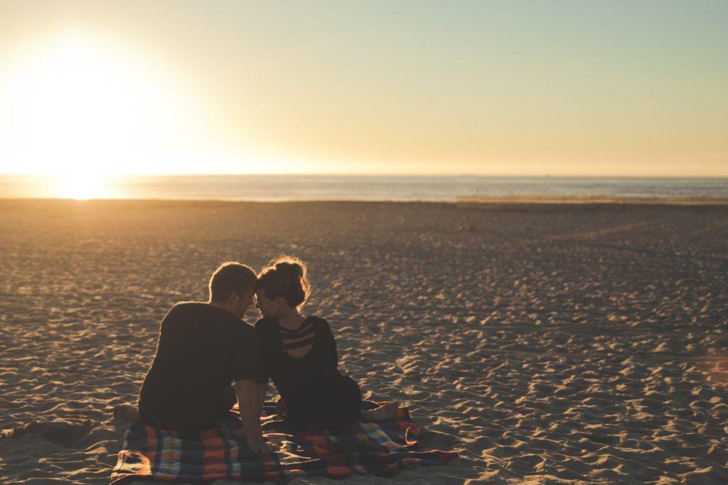couple plage amour vacances