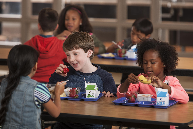enfant école manger copains