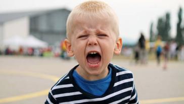 caprices pleurs triste enfant colère