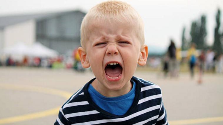 caprice pleurs triste enfant colère