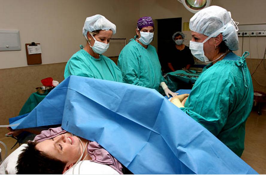 accouchement césarienne médecins