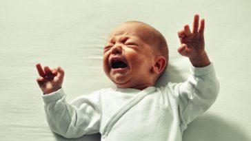 bébé secoué pleure