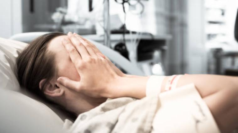 femme hôpital accouchement malade souffrance peur douleur phase de désespérance rétention placentaire