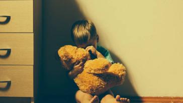 enfant peur anxiété triste garçon doudou nounours angoisse anxiété