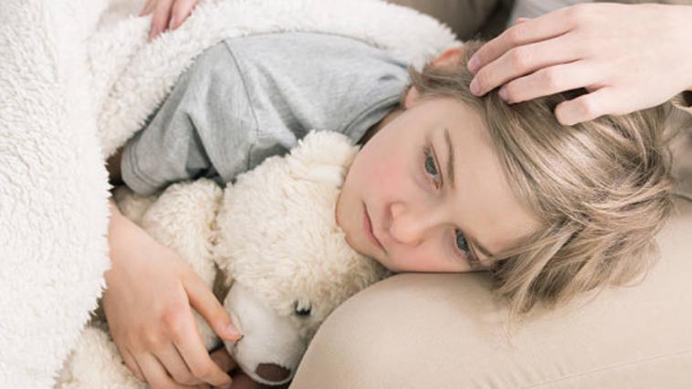 enfant triste parent soutien consoler malade