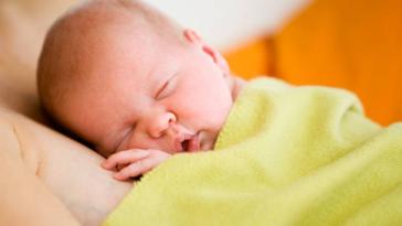 bébé peau à peau naissance parent dormir sommeil