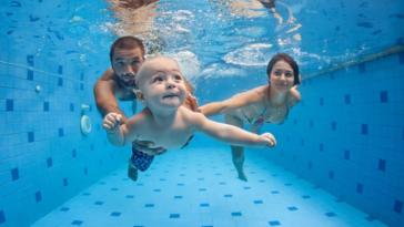 bébés nageurs piscine parents eau aquatique