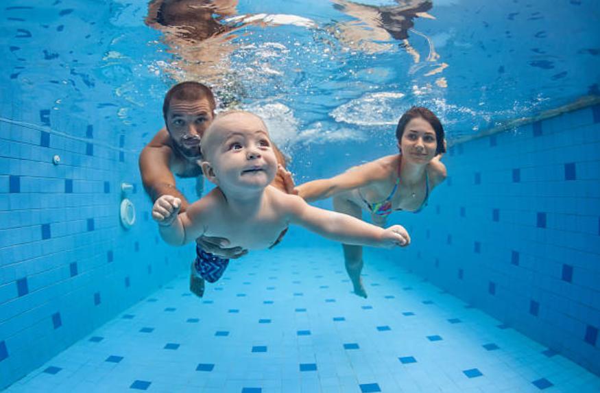 bébé nageur piscine parents eau aquatique