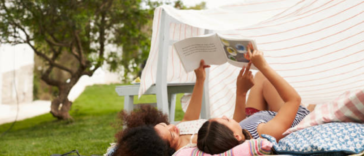 parents enfants jeux extérieur loisirs lire livre activité