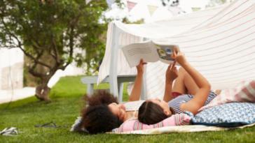 parents enfants jeux extérieur loisirs lire livre activité slow parenting lire des histoires
