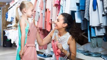 fille enfant parent vêtements habits magasin essayage produits toxiques habiller