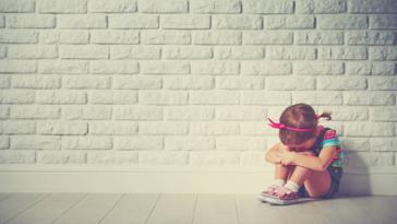 fille fillette triste pleurs larmes puni éducation