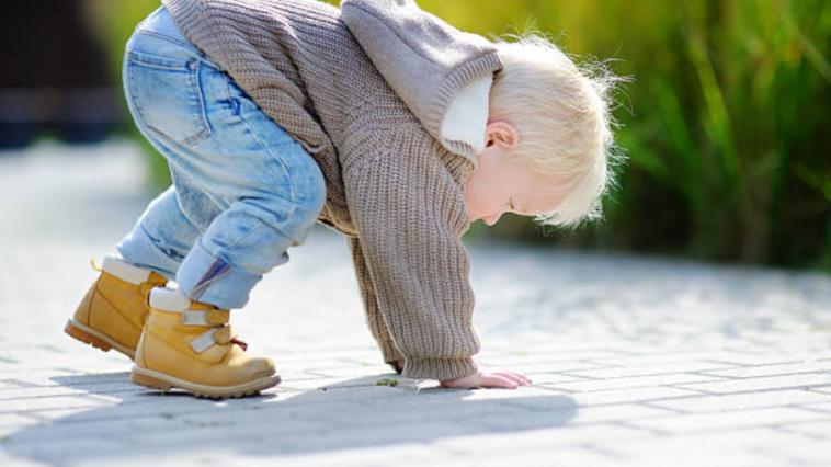 enfant bébé marche tombe motricité libre