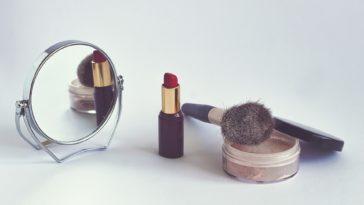 maquillage rouge à lèvres poudre miroir