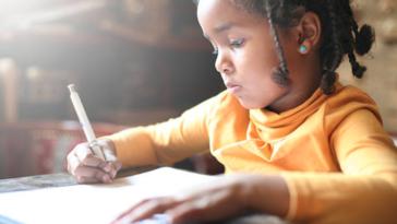 enfant fille école devoirs écrire travailler dyslexie