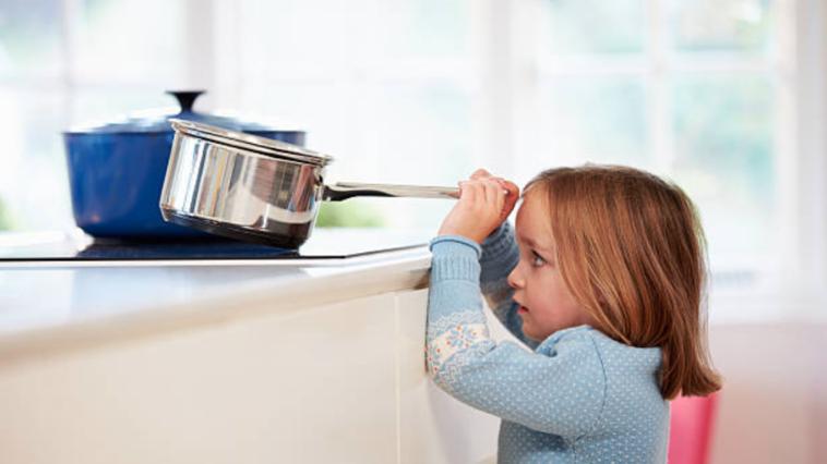 accident domestique enfant fille cuisine casserole danger