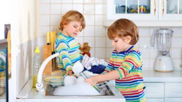 enfant ménage vaisselle tâches ménagères