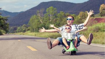 parents enfants papa père amusement loisirs garçon jouer rouler vélo yes day