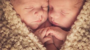 jumeaux bébés nourrisson nouveaux-nés grossesse gémellaire