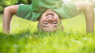 enfant jouer dehors extérieur