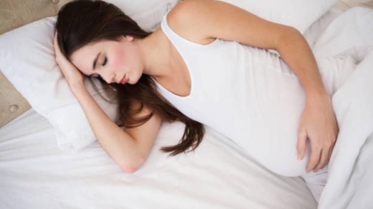 dormir enceinte grossesse lit chambre rêves cauchemars