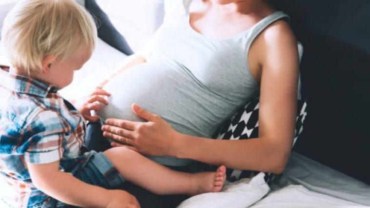 ventre grossesse enceinte enfant frère soeur toucher bouger deuxième enfant rapprochée régression