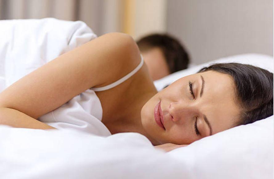 dormir couple lit sommeil