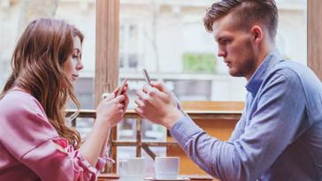 couple ennui téléphone portable crise dispute