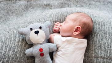 bébé nouveau-né dort dormir sieste doudou se retourner ventre