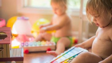 enfants jouer bébés loisirs jouets cadeaux