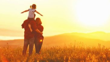 parents enfant vacances jouer famille