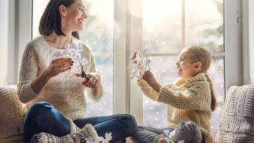 enfant parent fille mère activités manuelles jeux hiver froid flocon neige intérieur mère au foyer