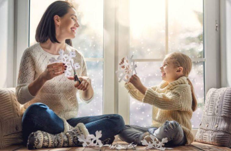 enfant parent fille mère activité jeux hiver froid flocon neige intérieur