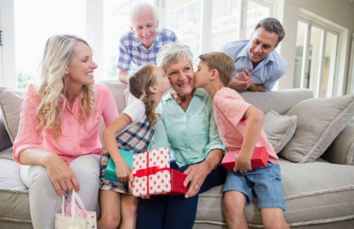 grands-parents grand-mère petits-enfants fête surprise cadeaux anniversaire famille