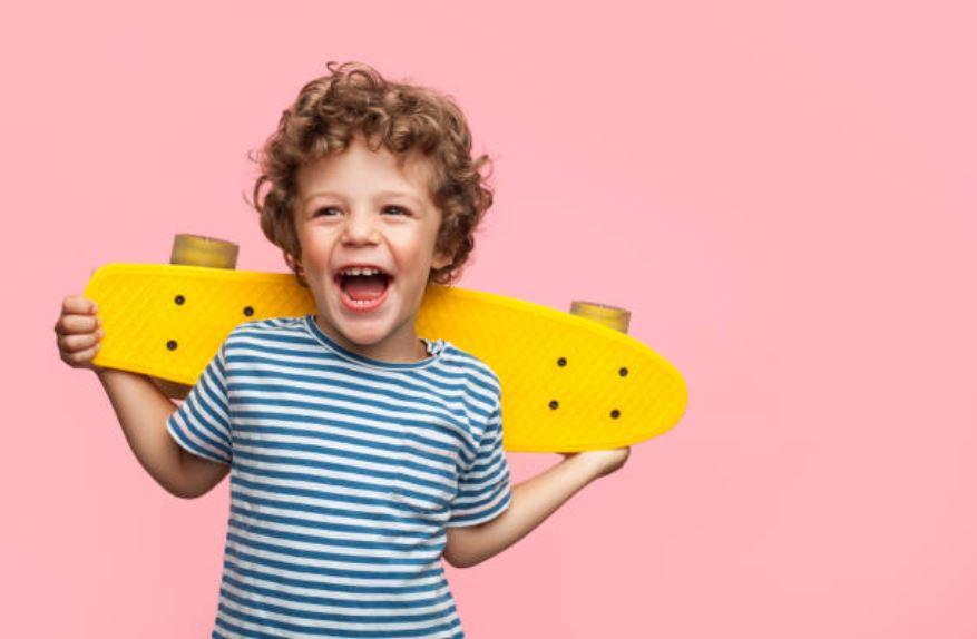 enfant content heureux garçon longboard skateboard