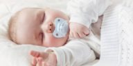 bébé tétine dormir sommeil lit bruits blancs sucette