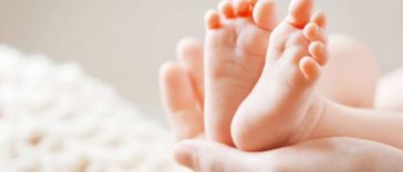 bébé nourrisson nouveau-né pieds naissance taches de naissance réflexologie prénoms bobos