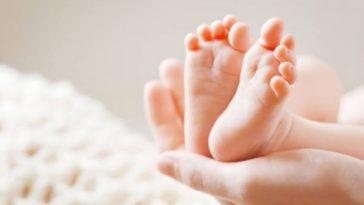 bébé nourrisson nouveau-né pieds naissance