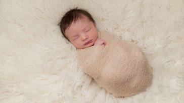 bébé nourrisson nouveau-né emmaillotage couleur des cheveux