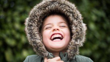 enfant sourire dents capuche maux de dents