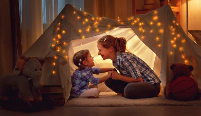 enfant parent chambre soir complicité jouer avec son enfant