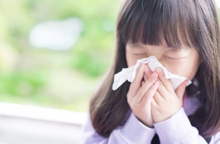 enfant fille malade mouchoir se moucher rhume