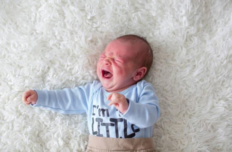 bébé nourrisson pleurs mal maux douloureux troubles digestifs